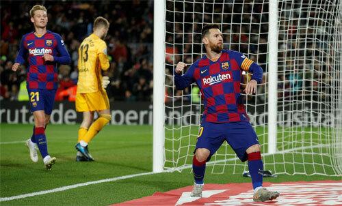 Messi-lap-cu-dup-sieu-pham-sut-phat-can-bang-ky-luc-hat-trick-voi-cr7