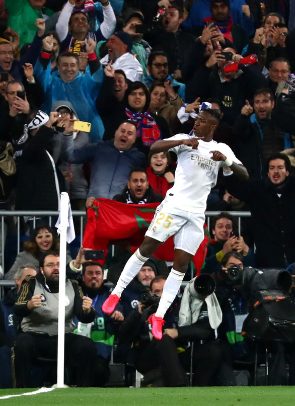 Vinicius Jr. ăn mừng bàn mở tỉ số cho Real Madrid - Ảnh: REUTERS