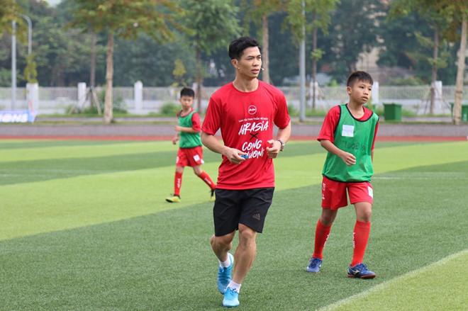 Công Phượng và các cầu thủ nhí cùng thi đấu vào sáng 20.11