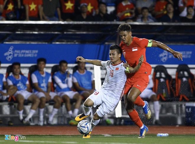 Tình huống trụ chân khiến Quang Hải bị đau cơ đùi sau.