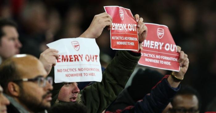 Nhiều cổ động viên Arsenal đã đăng biểu ngữ muốn Emery phải ra đi