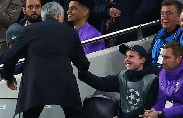 Mourinho đã bắt tay cảm ơn cậu bé nhặt bóng giúp Tottenham có được bàn gỡ hòa