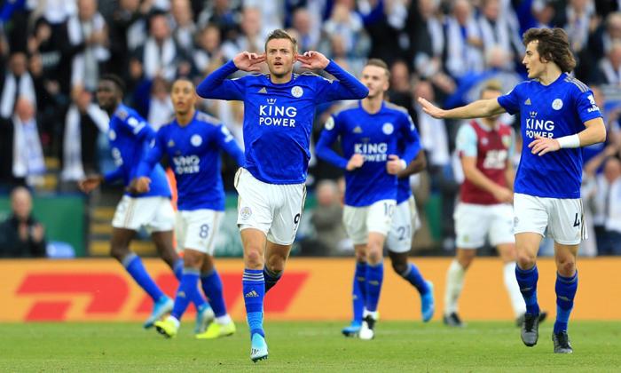 Vardy đang cùng Leicester thách thức ngôi vương Ngoại hạng Anh cùng Manchester City và Liverpool